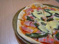 シンプルにハムと生バジルとチーズのピザです