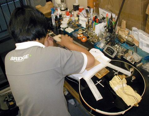 当店併設の修理場にて。_e0053731_17215382.jpg