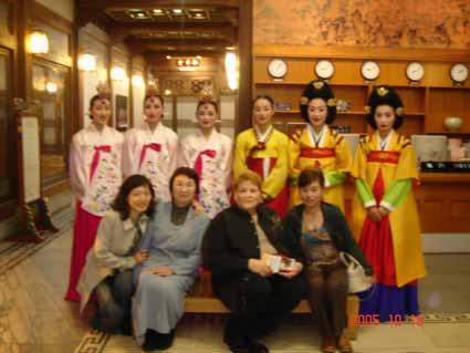韓国・民族劇場記念写真_e0033609_2082176.jpg