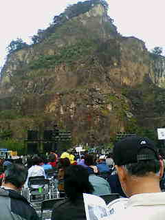 この山の頂上にお寺があって日本でも有名な霊場だそうです!_e0083143_12133048.jpg
