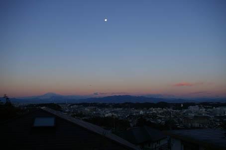 富士山、丹沢、そして月(六国見山で見た初冬の風景)_c0014967_10113435.jpg