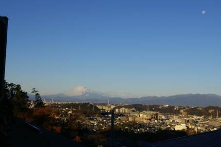 富士山、丹沢、そして月(六国見山で見た初冬の風景)_c0014967_10115235.jpg
