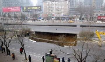 [速報]北京の大動脈「東三環路」、陥没!!_b0047829_10491179.jpg