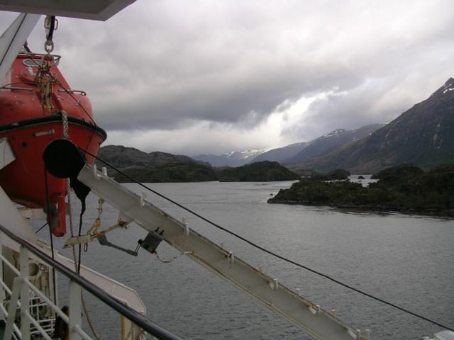 <水島夫妻のバイクの旅>  フェリーでチリを北上_c0011649_11392965.jpg