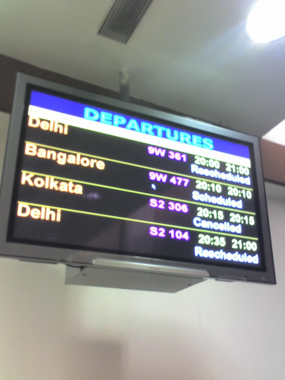 これはムンバイ空港の出発時刻案内掲示板。一番上のフライトは「Resche... ムンバイ国内空港