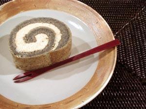 黒胡麻きな粉ロールケーキ。_a0026127_19225196.jpg
