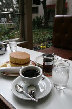 鎌倉  イワタコーヒー店のぶ厚いホットケーキ_b0048834_8144495.jpg