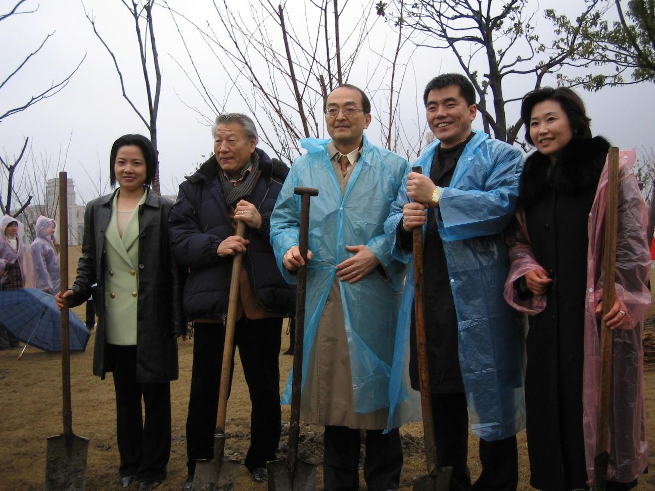 日中両国80人、上海で桜を植樹祭 福岡上海ヤングネットワーク・縁縁会の主宰_d0027795_22504083.jpg