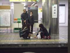 駅でおでんをうんこすわりして食べている女子高生_b0054727_2038597.jpg