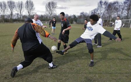 オランダで同性愛者とイスラム教徒がサッカー_d0066343_1040974.jpg
