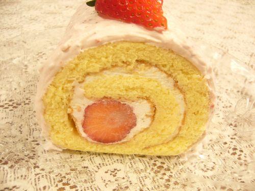 日曜日には苺のロールケーキ。:☆.。†_a0053662_17592568.jpg