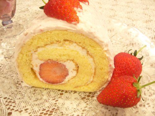 日曜日には苺のロールケーキ。:☆.。†_a0053662_17593626.jpg
