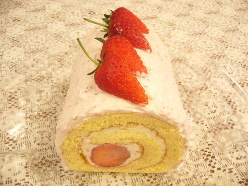 日曜日には苺のロールケーキ。:☆.。†_a0053662_17594720.jpg