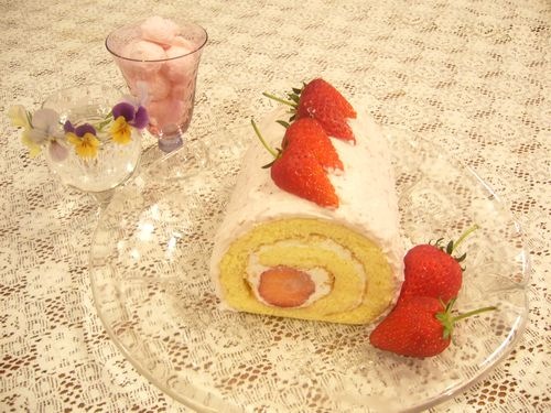 日曜日には苺のロールケーキ。:☆.。†_a0053662_1801496.jpg