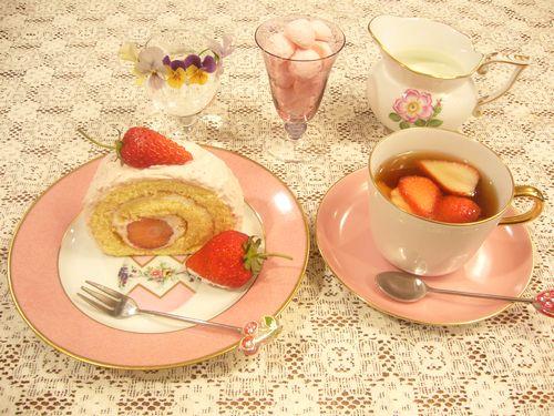 日曜日には苺のロールケーキ。:☆.。†_a0053662_1802767.jpg