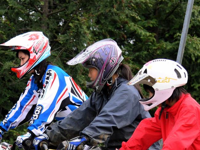 ヘルメットを被る選手たち