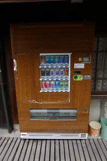 木目調自販機 これも町並み保存の一環か?_a0033733_1622331.jpg