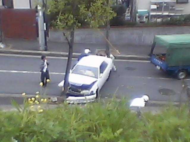髑髏:家の前で交通事故■幸い運転手も軽症。人騒がせな_c0061686_14104926.jpg