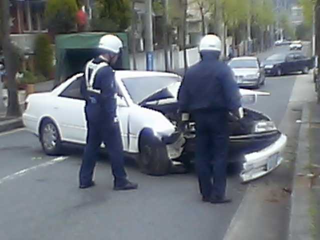 髑髏:家の前で交通事故■幸い運転手も軽症。人騒がせな_c0061686_14112815.jpg