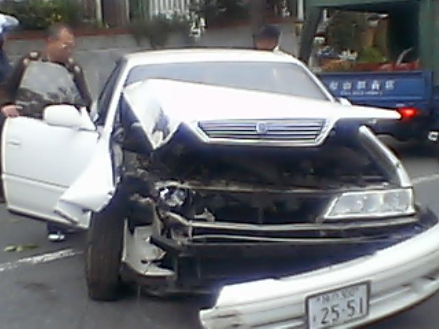 髑髏:家の前で交通事故■幸い運転手も軽症。人騒がせな_c0061686_14122730.jpg