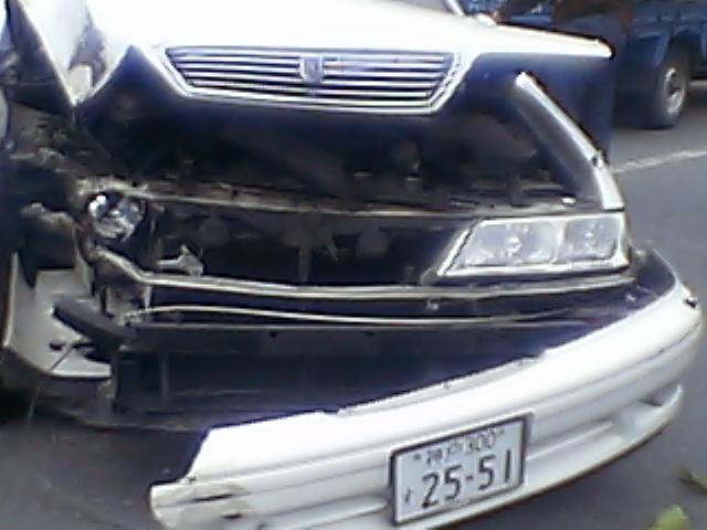髑髏:家の前で交通事故■幸い運転手も軽症。人騒がせな_c0061686_1412299.jpg