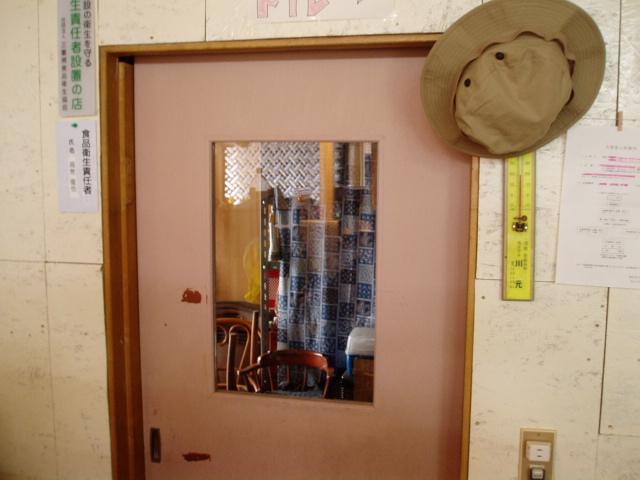 勝手口へのドアが装着!_c0010936_162119.jpg