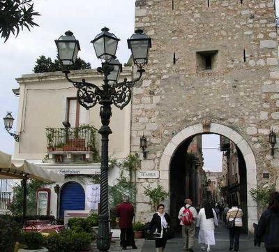 イタリア旅⑥⑦4月10,11日、タオルミーナ、チェファル観光_f0060461_19532783.jpg