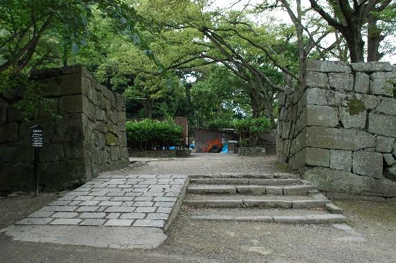 天守閣への登り口 ( 裏坂 )(新裏坂)_b0093754_238445.jpg