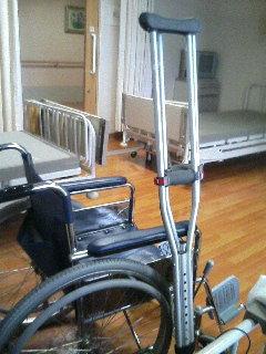 ◆入院生活 6日目◆ 松葉杖とマグナムパンチ!?_a0033733_19162227.jpg