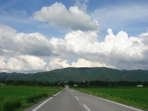 『安曇野スタンダード』 第二回は「まっすぐに伸びた道」です。安曇野を旅し... どこまでも歩きた
