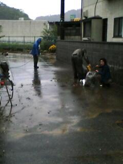 豪雨水害、住民ショックー鹿島久保3丁目で床上浸水_e0068696_1885518.jpg
