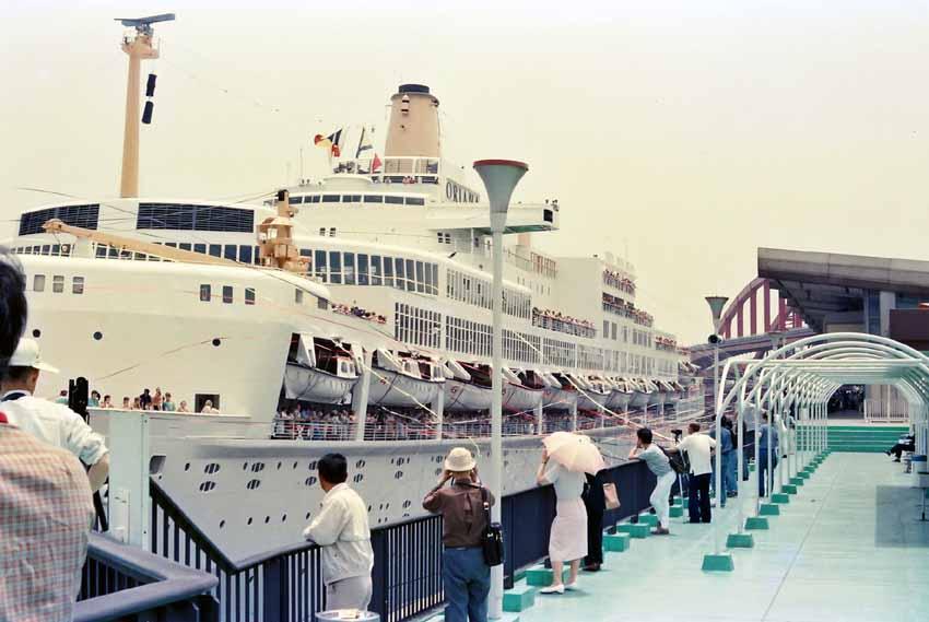 神戸港、ポートターミナルを出港するオリアナ号。たくさんの紙テープを渡して... オリアナ号 出港