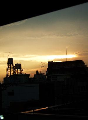 部屋の中から見る空は_f0038727_2219754.jpg