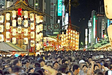 都の夜に人波\u2015\u2015京都・祇園祭の宵山