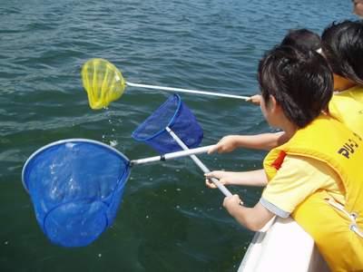 子供達海上ゴミ拾いクルージング_a0077071_8163010.jpg