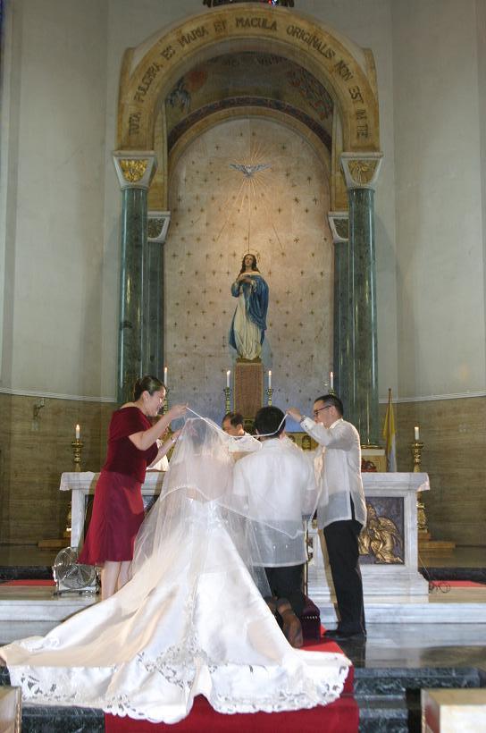 Wedding in Manila<3>教会での特別な儀式_f0099556_21122270.jpg
