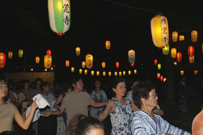 腹に響いた太鼓の音:夏の風物詩「06・円覚寺盆踊り大会」_c0014967_1010423.jpg