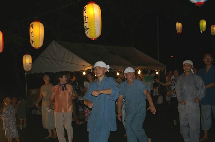 腹に響いた太鼓の音:夏の風物詩「06・円覚寺盆踊り大会」_c0014967_1030144.jpg