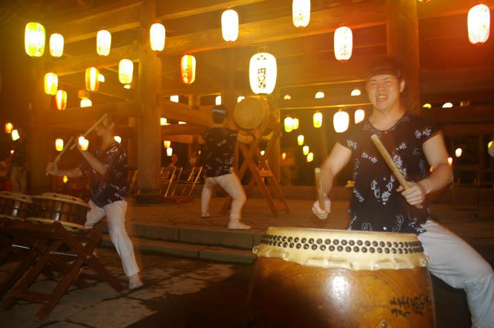 腹に響いた太鼓の音:夏の風物詩「06・円覚寺盆踊り大会」_c0014967_1044121.jpg