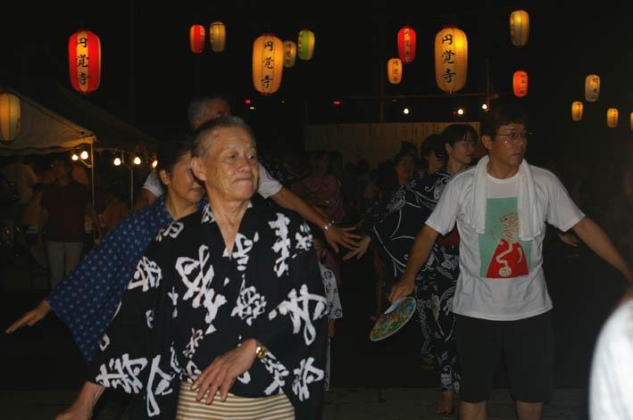 腹に響いた太鼓の音:夏の風物詩「06・円覚寺盆踊り大会」_c0014967_1082142.jpg