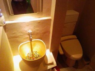◆かわいらしいトイレ と 玄関のドアノブ◆ D-SPICE_a0033733_1932371.jpg