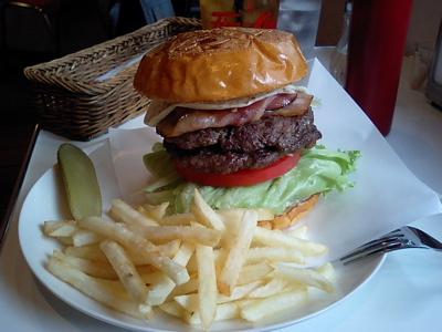 ど〜やって食べるのさぁ、このハンバーガー。であります!  T★sハンバーガー&コーヒー(追レポ)_b0098884_145325100.jpg