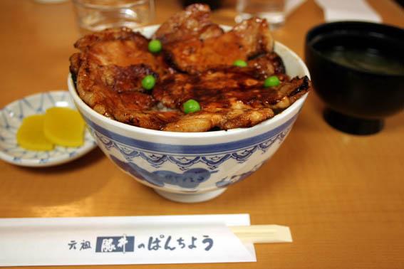並んで食べた。。。炭火焼の豚丼_b0108109_8192696.jpg