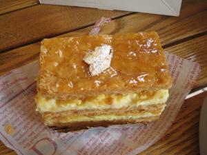 パイ生地の間にカスタードクリームが挟んでありそれが二層になってます。長方形のシンプルな形のケーキ