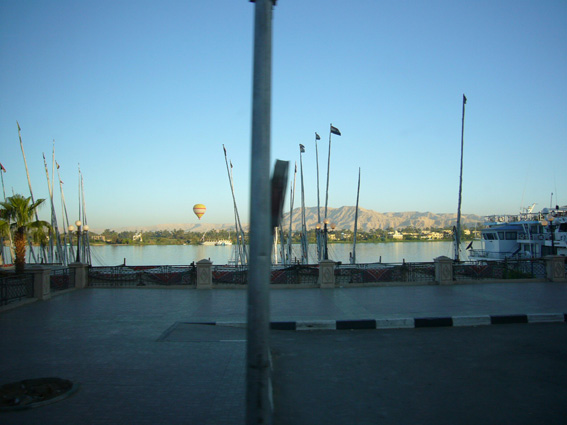 酷暑エジプト旅行記(11)   エドフ・コムオンボ・アスワン_b0025511_10353086.jpg