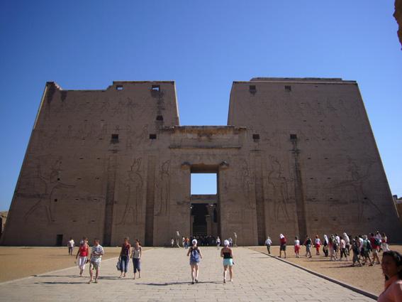 酷暑エジプト旅行記(11)   エドフ・コムオンボ・アスワン_b0025511_10394569.jpg