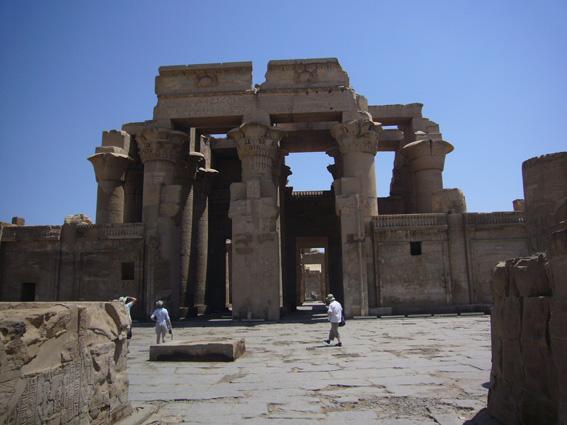 酷暑エジプト旅行記(11)   エドフ・コムオンボ・アスワン_b0025511_10481482.jpg