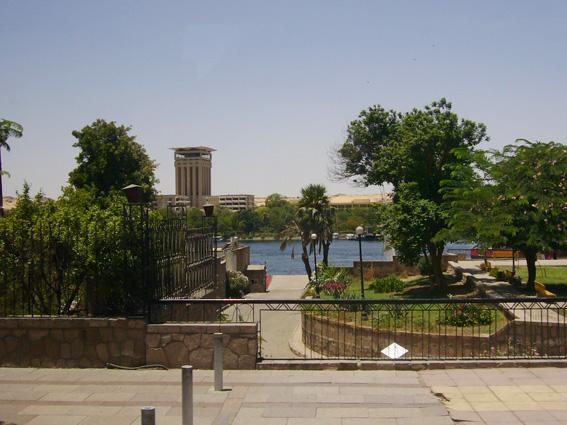 酷暑エジプト旅行記(11)   エドフ・コムオンボ・アスワン_b0025511_10533556.jpg