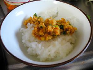 小さめのお茶碗に白いご飯、その上に出来立てのタマゴ味噌が乗ってます
