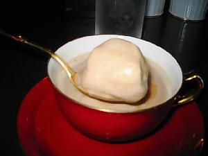 金色のスプーンですくい上げているのは、茶色いとろんとした、割と大きな塊。アイスクリームのようです